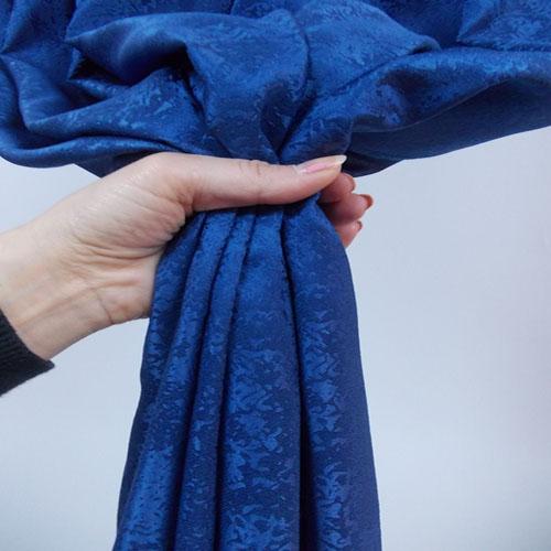Draperie cu model discret albastru