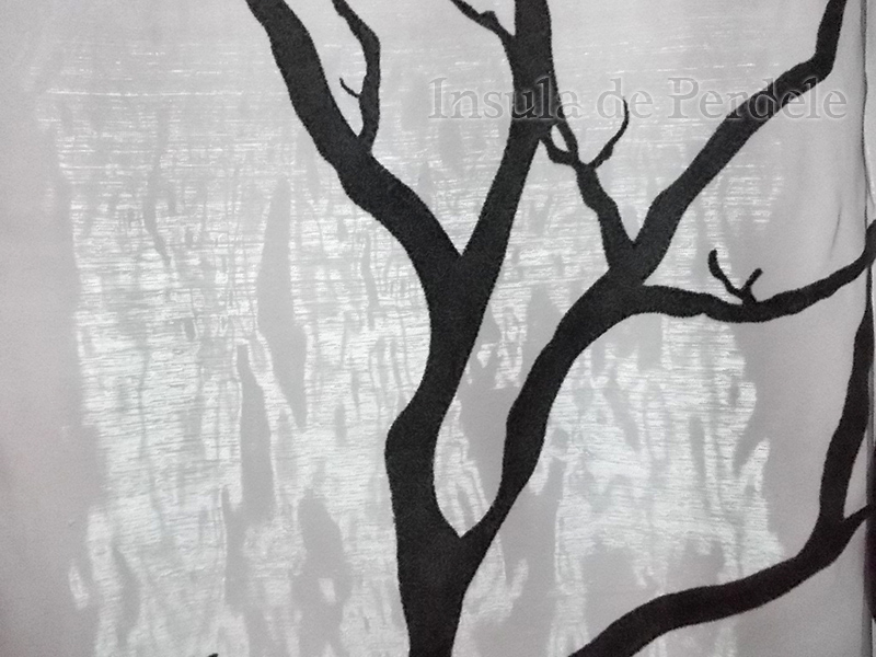 Perdea  organza gri cu model catifea negru